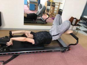 リフォーマーを使用して足の運動